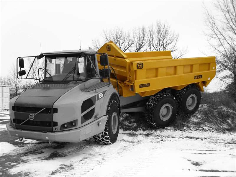 Dumptruck fitted with a rear-eject body