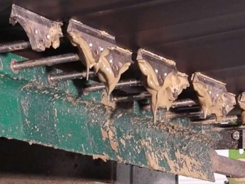 Conveyor belt cleaning system